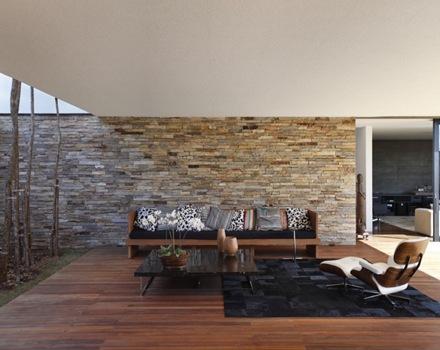Casa minimalista y sostenible a la vez de guilherme for Piedra para muros interiores