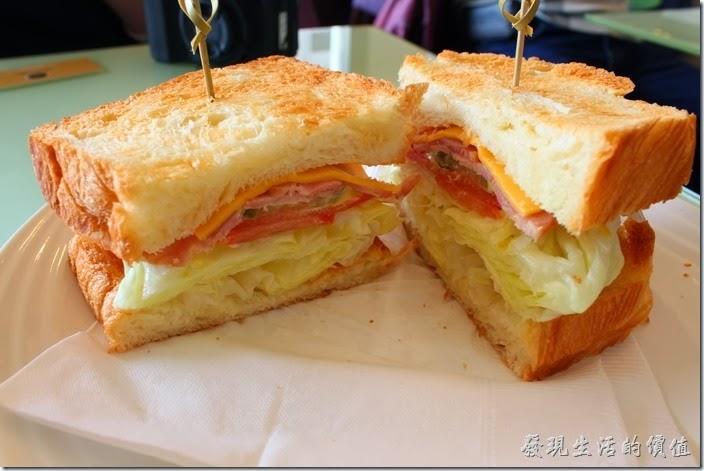 台南-mini-cofffee。早午B餐,NT$140。我們選擇了起司培根口味的丹麥麵包,丹麥麵包有烤過,所以吃起來的口感稍硬,個人覺得還有點老,三明治內夾了一片起士、培根、里肌肉、蕃茄及高麗菜,中間用的不是牙籤,而是竹藤耶。老實說這三明治的口感並沒有很特殊,相較之下開始懷念起蒂兒咖啡加了蜂蜜的法式三明治,有著多重滋味的口味。