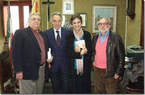 Angela e Toni Valenti con il Sindaco al centro e Enzo Barnabà