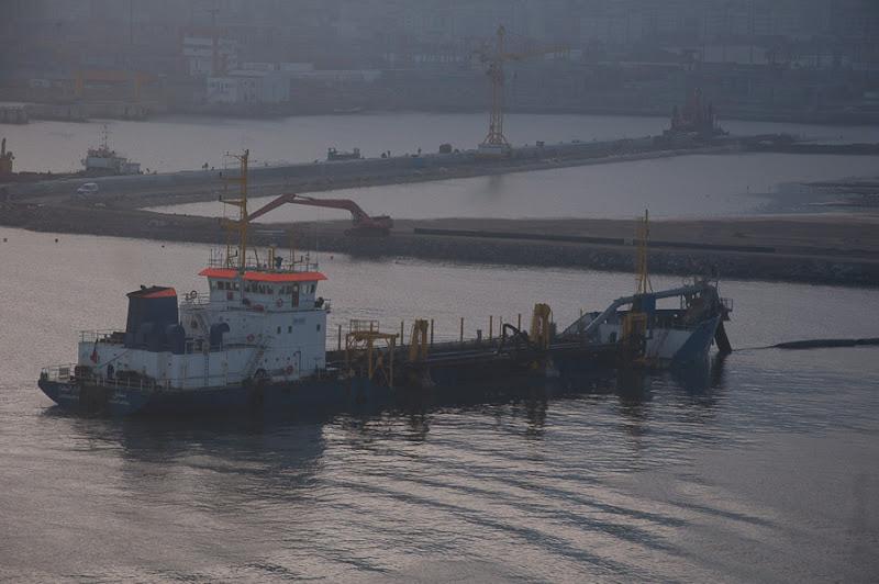 Третий день. Casablanca. Morocco. Круиз. Costa Concordia. В порту Касабланки работают во всю земснаряды, намывая новые пирсы.