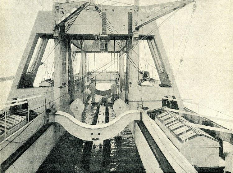 Cubierta y pozo del buque de salvamento de submarinos. Se aprecia el complejo dispositivo de grúas. Foto de la REVISTA IBERICA. Año 1921.JPG