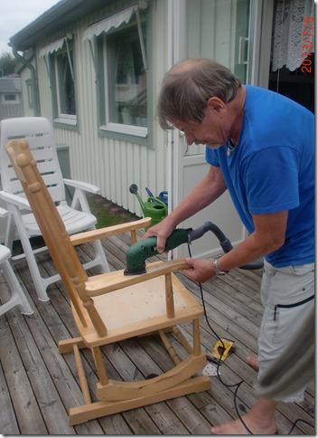 Juli 2013 målning av pelarbord och slipning av gungstol. 006