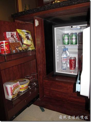 惠州-康帝國際酒店。高級客房內的小冰箱。