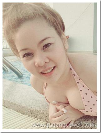Cewek Thailand Berpose Bugil di Kolam Renang || gudangcewek.com