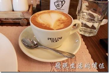 台南-巴娜娜早午茶趣。這是我點的熱拿鐵咖啡,咖啡味道還蠻濃的,但稍微有一點點苦。
