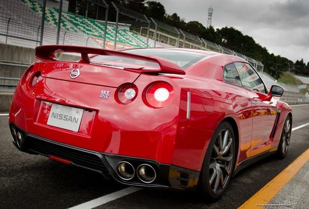 2013-Nissan-GT-R-8[2]