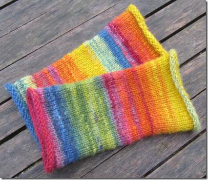Armstulpen aus pflanzengefärbter handgesponnener Wolle