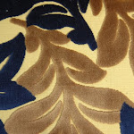 Tkanina obiciowa, trudnopalna. Pluszowa. Motyw roślinny - liście. Kremowa, granatowa.