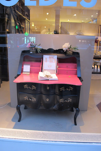 This flip-top desk has the perfect Pepto Bismol pink interior. Tres chic!