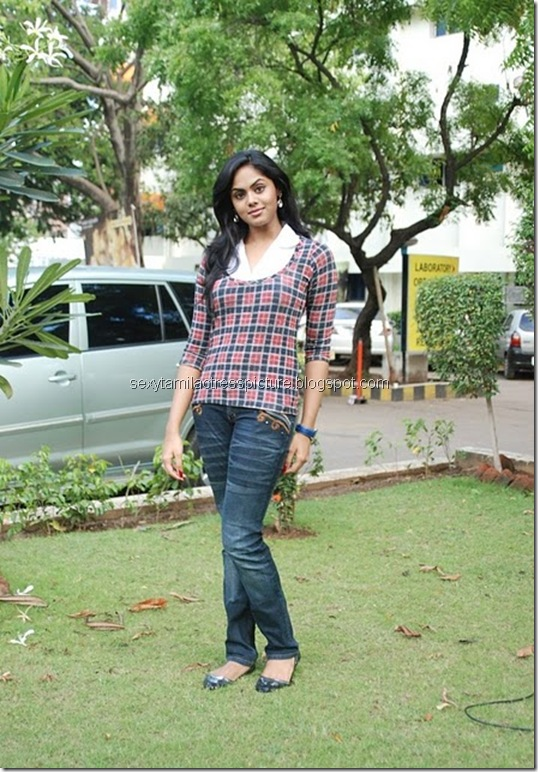 actress_karthika_nair_tight_jeans_&_tops_02