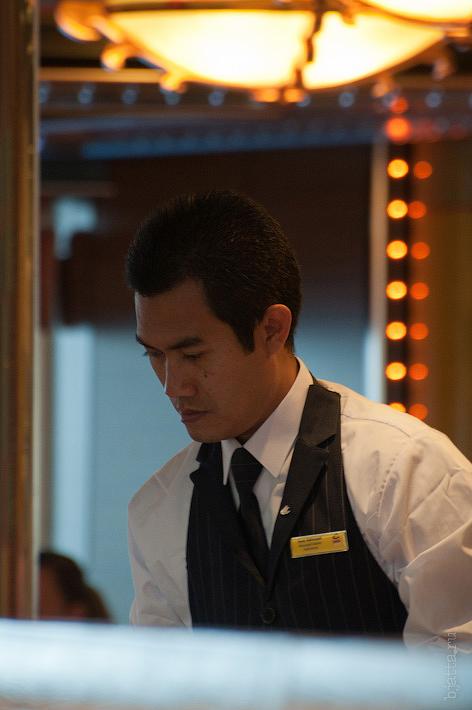 3. Его очень старательно обслуживал стюард из Индонезии. Октоберфест в феврале на Costa Concordia.