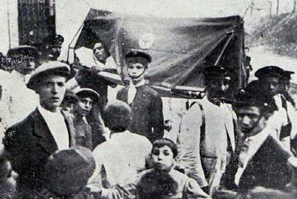 1913-07-28 (p. PyP) Traslado en camilla de un torero (El tello)
