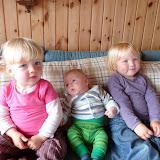 Børnebørnene linet op i sofaen til foto