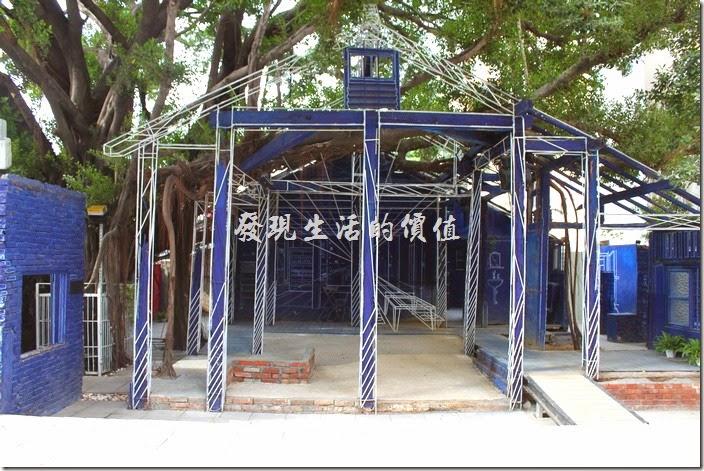 台南-西門路上司法宿舍群的藍晒圖2.0。台南市海安路上的「藍晒圖」是許多遊客對台南市的印象之一,不過於2014.02.24塗白讓不少人惋惜,還好台南市政府與文創藝術家一直尋找新的地點,終於在2014.12.05於西門路上的原「司法宿舍」重生。