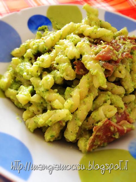 gemelli con pesto di zucchine e prosciutto crudo croccante