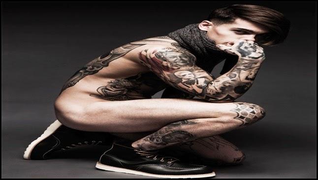 Modelo tatuado