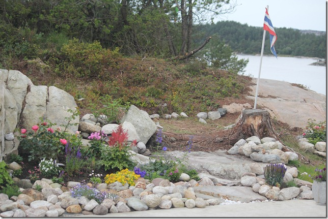 stenbed med flagg