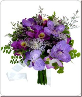 Buquê de orquídeas dendrobiuns e lavandas, com outras flores nobres. Com laço de cetim