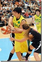國泰姜鳳君籃下持球時被卓文大學兩名球員拉手犯規