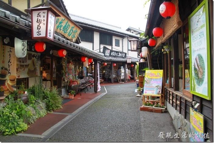 日本北九州-由布院街道。這是一處可以再往內走得商店街居落,比較偏傳統日式的商品,大部分是賣吃得餐廳或小店。