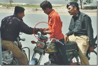 pakistan-police-caught-bribing.jpg,qresize=500,P2C336.pagespeed.ce.ylTdPU3dS8