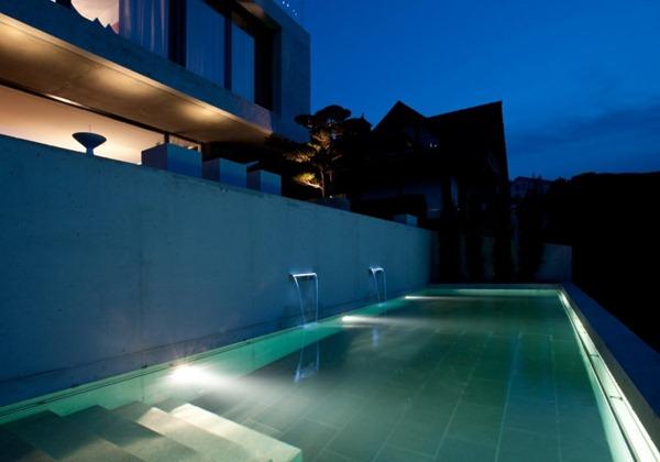 Diseño-de-piscina-moderna-con-iluminacion