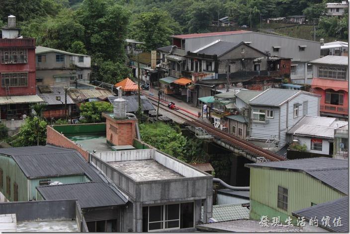從「觀音嚴」居高臨下可以遠眺平溪、石底兩里山色,以及平溪的山鎮。