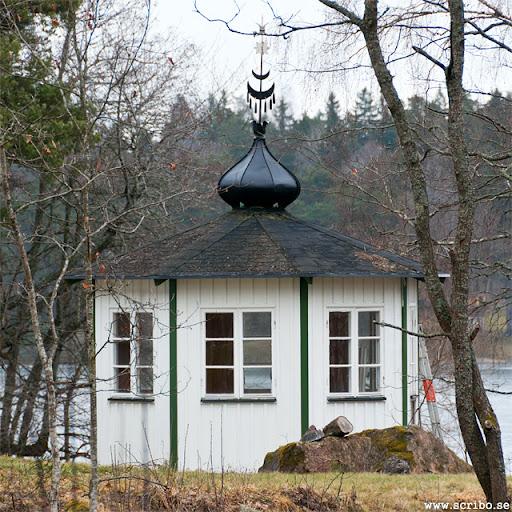 Vitt lusthus med kupor från restaurang Rullan