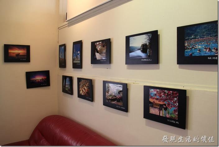 「小巷裡的拾壹號」二樓的牆壁上有許多的攝影作品。