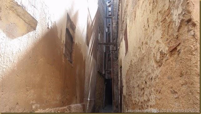 En las estrechas calle se puede observar los andamios que sujetan las viejas fachadas tras el último terremoto