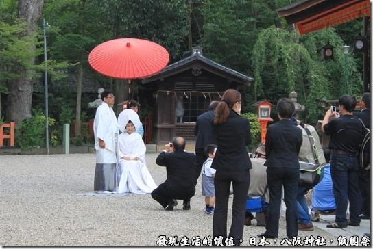八坂神社-紙園祭,剛好有新人穿著日本傳統服裝在拍結婚照耶!