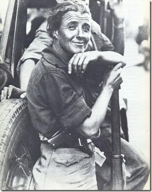 miliziana sorride