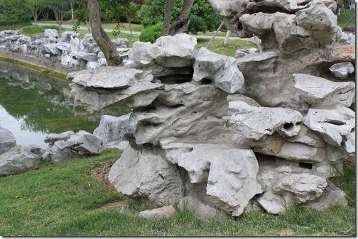 昆山城市公園,池邊還有園林造景不可或缺的著名「太湖石」,素有皺、透、漏、瘦的特點。瞧最前面這塊太湖石,像不像一個打著太極招式的高人!