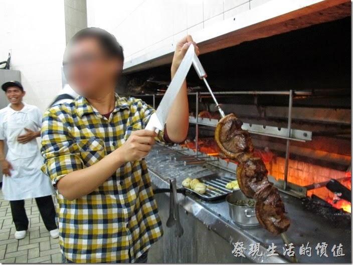 巴西窯烤OK-Grill。店家還讓我們體驗拿著烤肉的樣子。