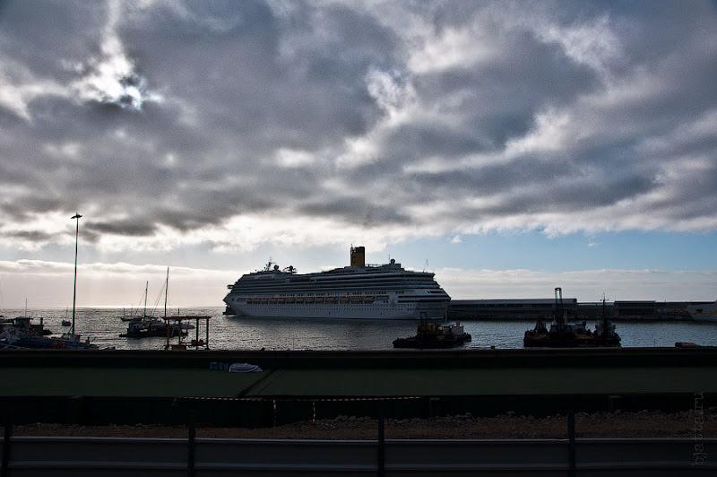 День пятый. Фуншал. Costa Concordia. Мадейра. Круиз. Сегодня просто хочу показать пару фотографий Конкордии в порту Фуншала.