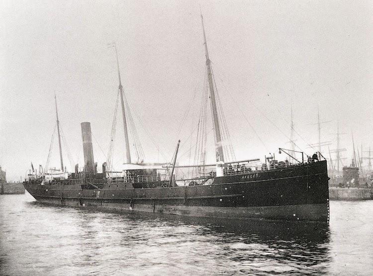 El primer barco de Yeoward, el AVOCET, entrando en los docks de Liverpool. Del libro Sunward by Yeoward.JPG