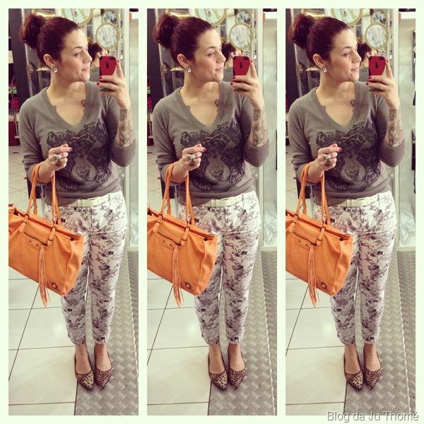 look calça floral preta e branca, tricot cinza e bolsa laranja (1)