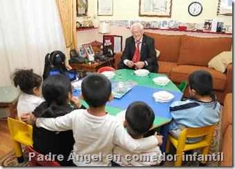 Padre Ángel en comedor infantil