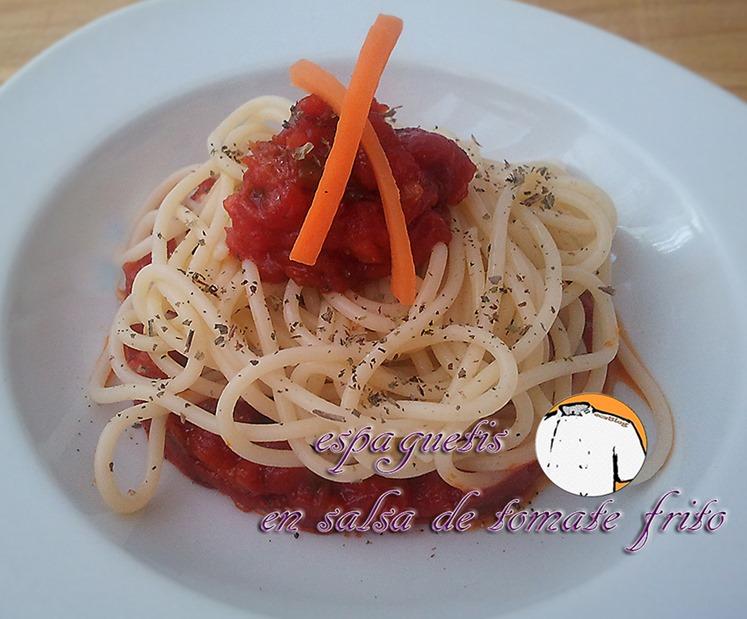 Espaguetis en salsa de tomate frito font