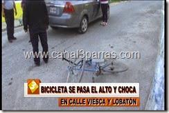 IMAG. BICICLETA SE PASA EL ALTO Y CHOCA EN CALLE VIESCA Y LOBATON.mp4_000045545