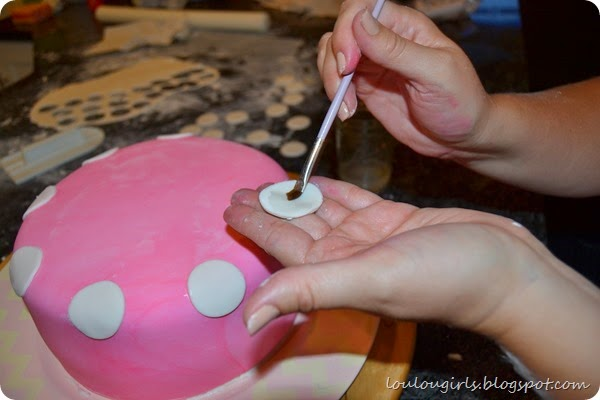 How-To-Make-a-Minnie-Mouse-Birthday-Cake (2)