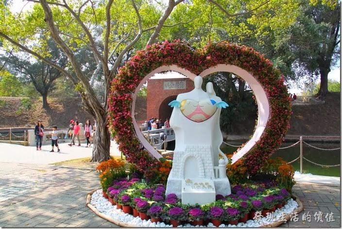 台南-億載金城。億載金城運用景觀植物結合雕像形塑出的「愛在億載」心型造景,則提前預告農曆新年後西洋情人節就將來臨。