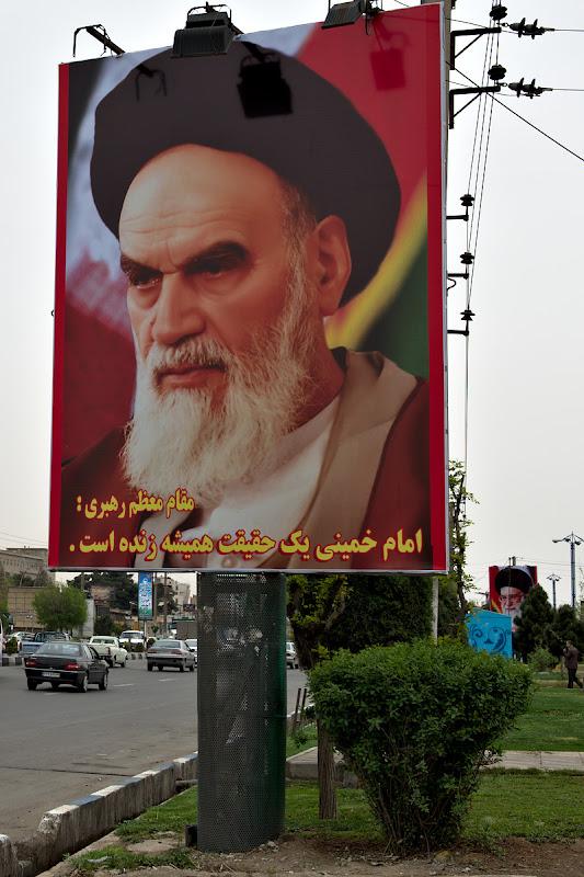 Fata lui Khomeini, parintele republicii islamiste e peste tot.