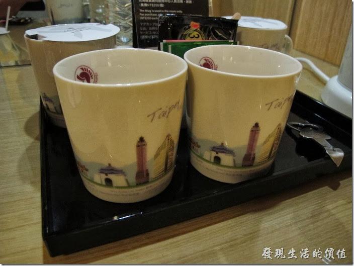 台北凱薩大飯店。這馬克杯的質感及圖案看起來不錯。