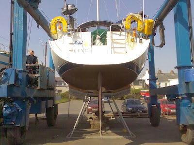 Copper antifoul application on a Beneteau Oceanis 412