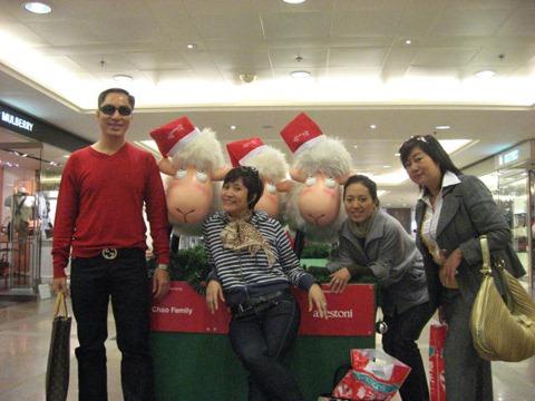 Anh Hải (ngoài cùng bên trái) đi du lịch bên Hồng Kông