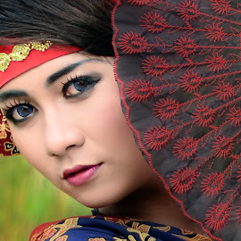 gadis berkipas by Muh Isvanora - People Portraits of Women