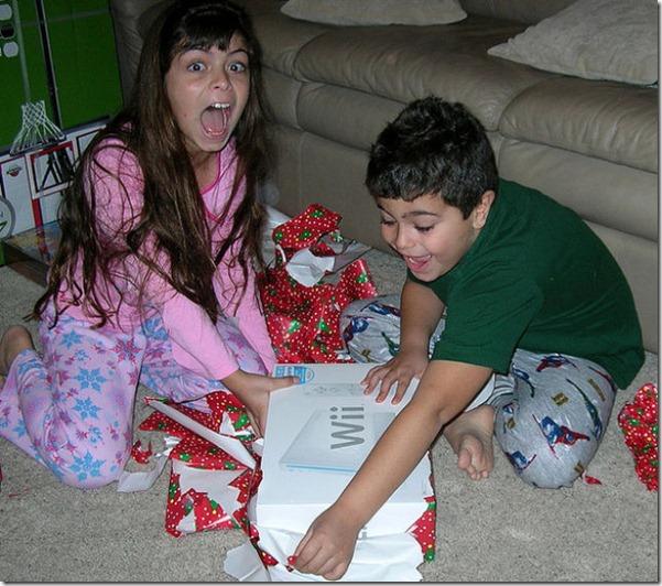 happy-kids-christmas-morning-16