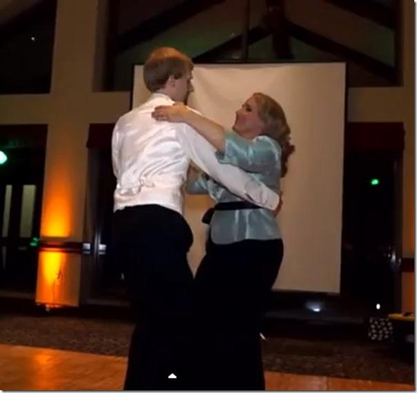 Mãe e filho surpreendem e dançam em casamento