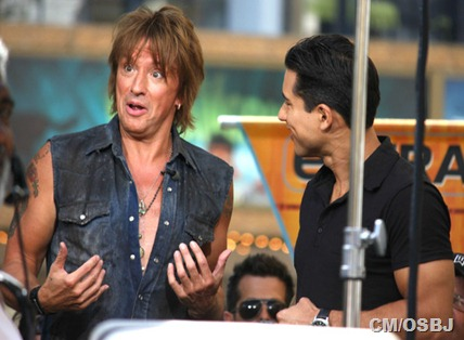 Mario-Lopez-Richie-Sambora-Doing-Interview-hT4lSkGbEYKl
